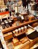 Esposizione impeccabile di tazze e gadget in vendita da Starbucks Roastery